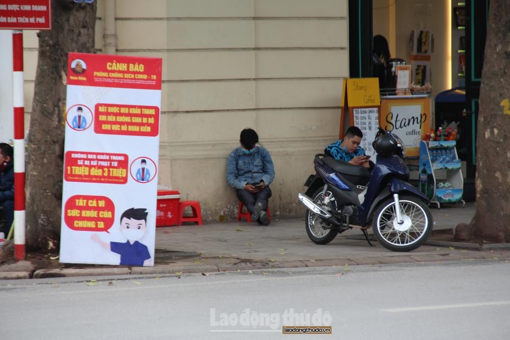 Người dân không đeo khẩu trang vô tư đi dạo quanh hồ Hoàn Kiếm