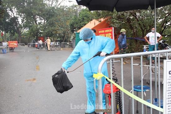 Mê Linh: Hàng hóa được phun khử khuẩn trước khi ra ngoài thôn Bạch Trữ