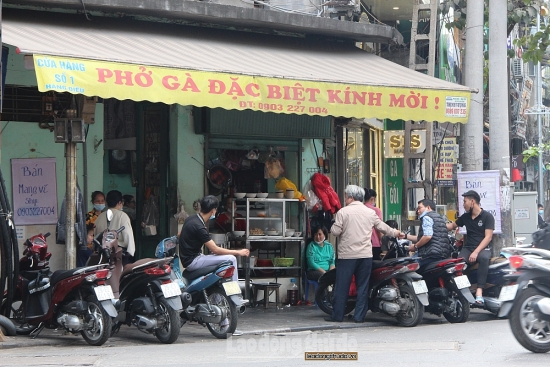Hàng quán vẫn ngang nhiên hoạt động, không tuân thủ giãn cách tại quận Thanh Xuân và Hoàn Kiếm