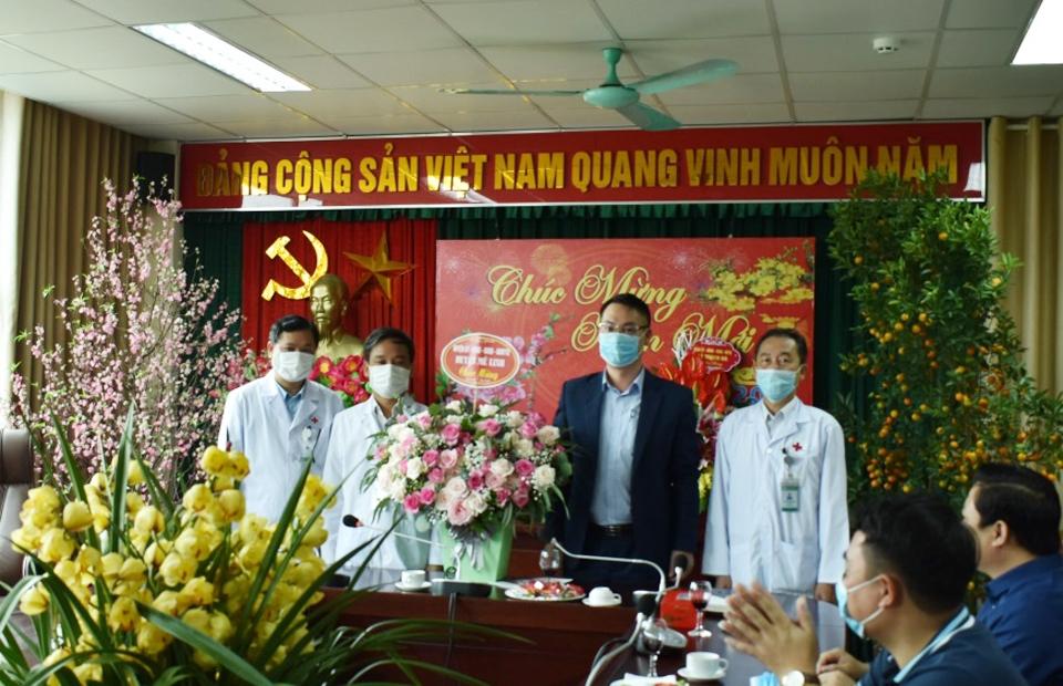Lãnh đạo huyện Mê Linh thăm, chúc mừng các đơn vị ngành Y tế