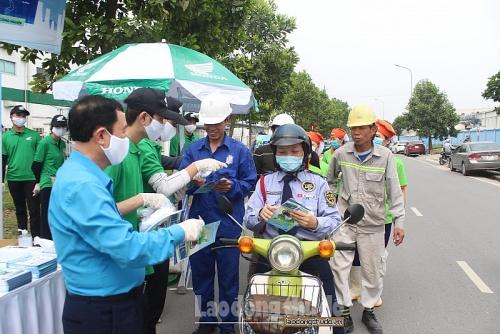 Phát miễn phí 30.000 khẩu trang vải kháng khuẩn cho công nhân lao động