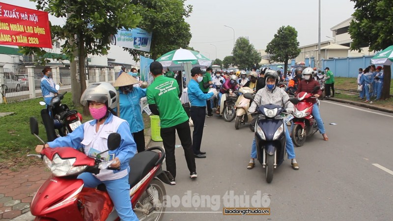 phat mien phi 30000 khau trang vai khang khuan cho cong nhan lao dong