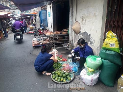 Tiểu thương chợ Quỳnh Mai chủ động phòng chống dịch Covid-19