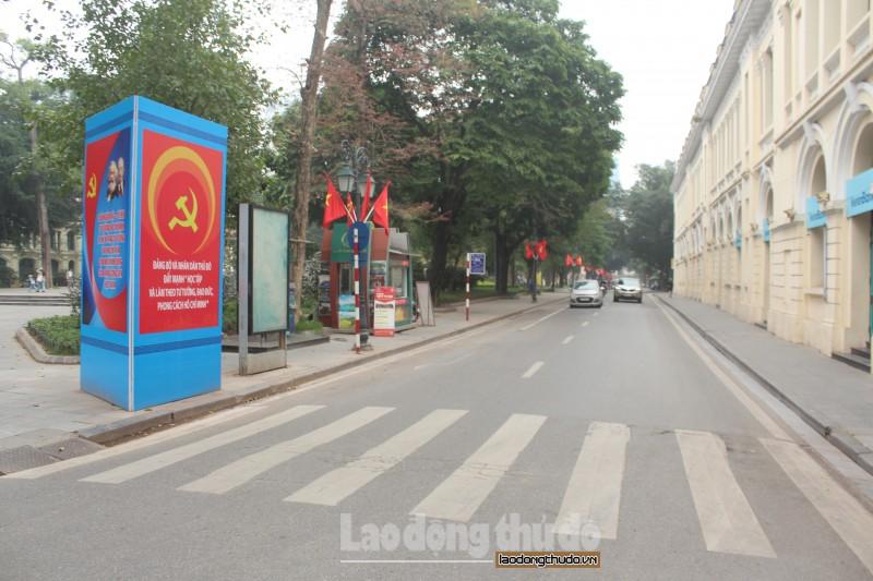 Đường phố Hà Nội rực rỡ cờ hoa chào mừng kỷ niệm 90 năm thành lập Đảng bộ Thành phố