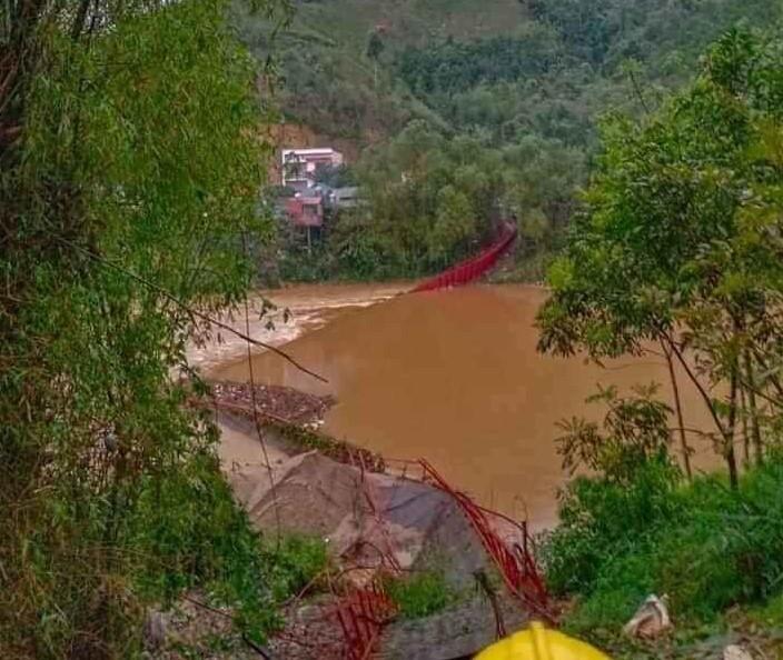 Mưa đá, dông lốc đánh sập cầu treo, gây nhiều thiệt hại tại Lào Cai