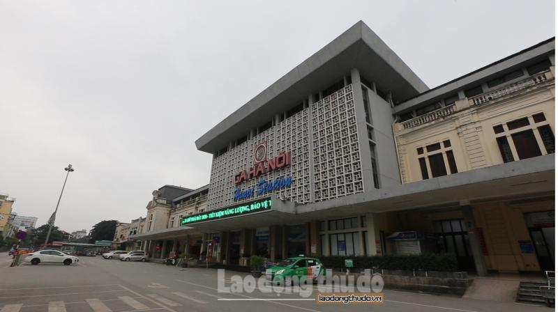 Người dân hạn chế đi lại, ga Hà Nội vắng khách trong ngày cuối tuần