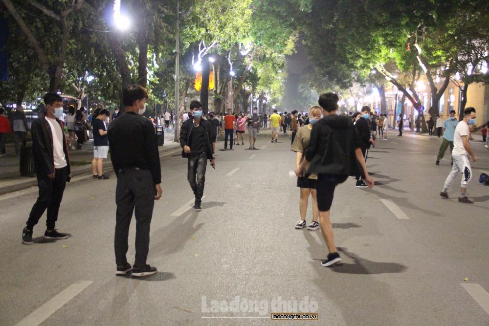 Phố đi bộ Hồ Gươm nhộn nhịp trở lại, người dân nghiêm túc đeo khẩu trang