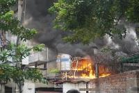 Chủ cửa hàng vật liệu xây dựng đường Lạc Long Quân 'chết lặng' vì nhà bị thiêu rụi