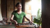 Công chúng thích thú chiêm ngưỡng quy trình sản xuất giấy Dó ở Hà Nội