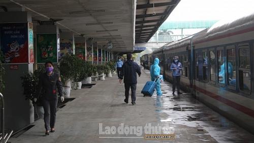 Chủ động phòng tránh dịch Covid-19, hành khách mặc đồ bảo hộ kín mít khi đi tàu