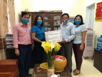 600 chiếc khẩu trang vải kháng khuẩn được tặng cho địa phương chống dịch