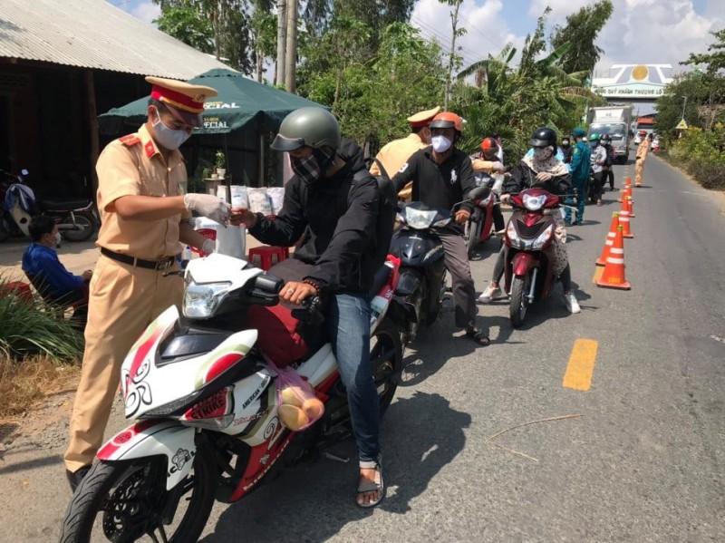 Công an huyện Cù Lao Dung đồng hành cùng người dân chống dịch