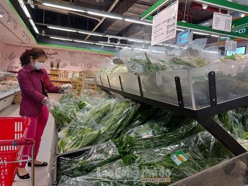 Thực phẩm đầy ắp siêu thị và chợ dân sinh, nhiều mặt hàng giảm giá sâu
