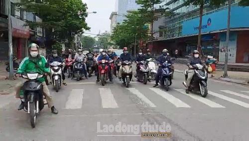 Đáng báo động bởi đường phố đông đúc trong ngày thứ 10 thực hiện cách ly xã hội