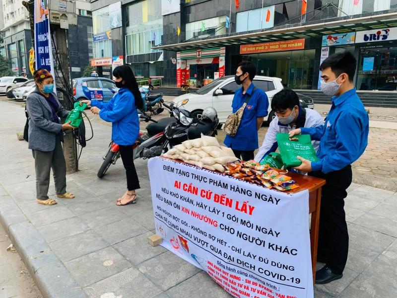 Ấm áp những suất ăn, điểm phát thực phẩm miễn phí của của tuổi trẻ Thủ đô