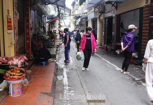 Kẻ vạch vôi để thực hiện giãn cách xã hội ở chợ Yên Thái, cách làm hay được người dân ủng hộ