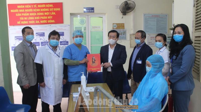 Lãnh đạo quận Đống Đa thăm, tặng quà các đơn vị y tế và gia đình có hoàn cảnh khó khăn