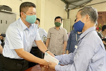 Lãnh đạo Thành phố thăm hỏi, động viên gia đình nạn nhân vụ cháy tại phố Tôn Đức Thắng