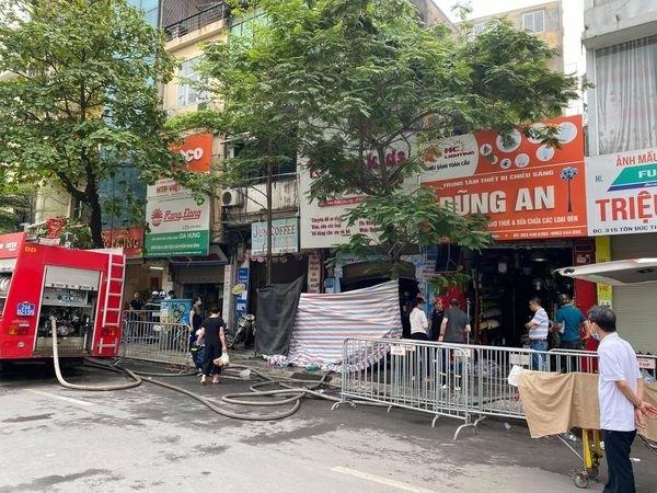 Chủ tịch Thành phố yêu cầu làm rõ nguyên nhân, khắc phục hậu quả vụ cháy tại phố Tôn Đức Thắng