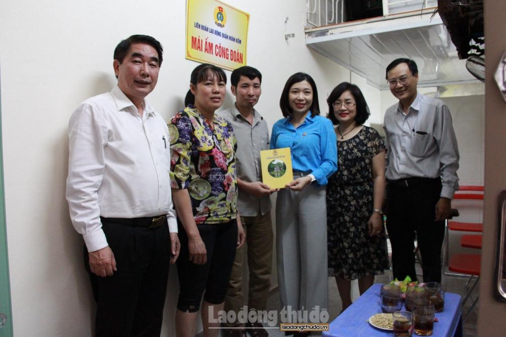 Liên đoàn Lao động quận Hoàn Kiếm trao Mái ấm công đoàn cho đoàn viên khó khăn