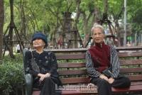Người dân Hà Nội mặc áo rét giữa mùa hè