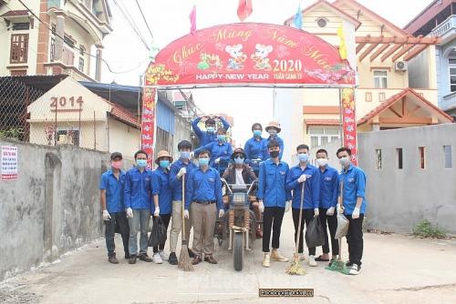 Đoàn viên, thanh niên thôn Hạ Lôi hào hứng vệ sinh đường làng, ngõ xóm