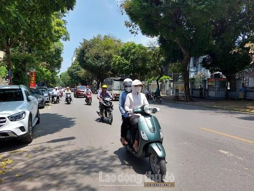 Nắng nóng gay gắt, người dân Hà Nội kín mít khi ra đường