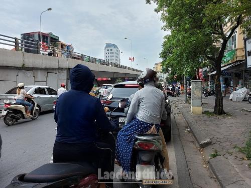 Ẩn họa từ áo, váy chống nắng khi tham gia giao thông