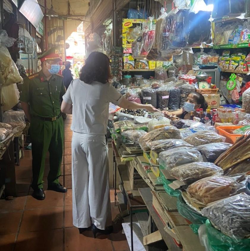 Người dân nâng cao ý thức phòng dịch tại chợ dân sinh