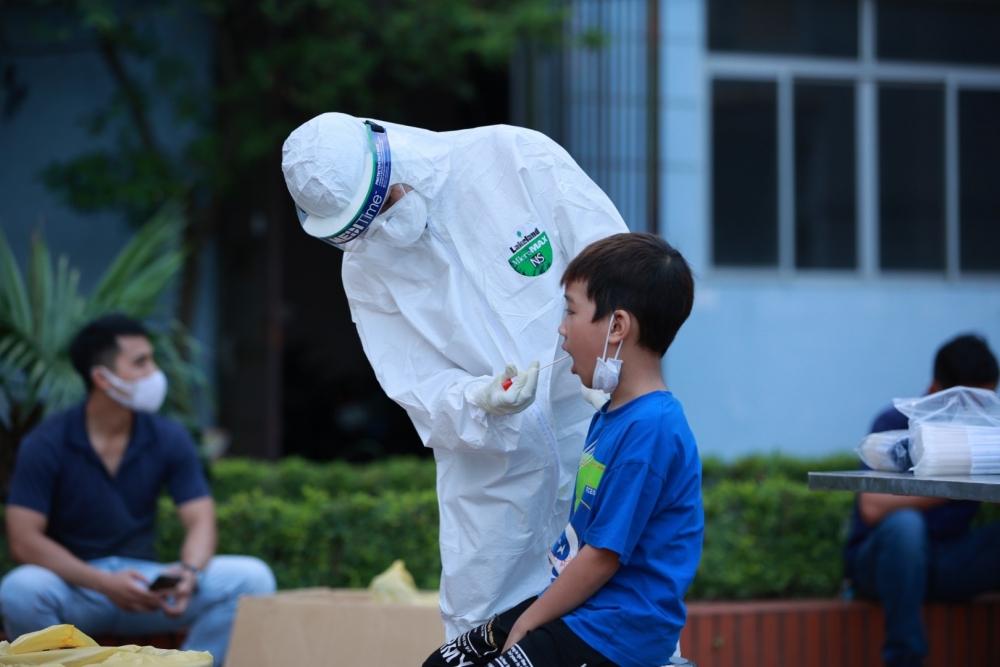 Người dân sống gần Bệnh viện Bệnh nhiệt đới Trung ương 2 được lấy mẫu xét nghiệm