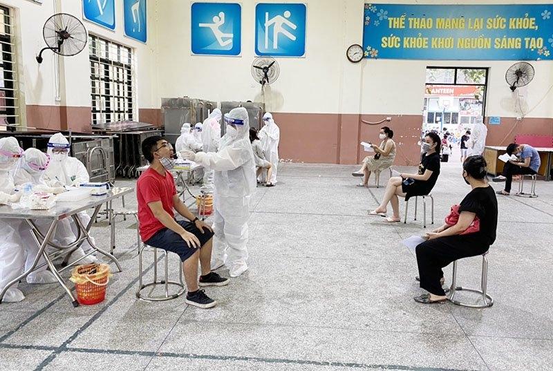 Quận Đống Đa lấy mẫu xét nghiệm Covid-19 cho người dân trở về từ Đà Nẵng