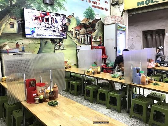 Hà Nội: Các cơ sở kinh doanh ăn uống lắp đặt tấm chắn phòng, chống dịch Covid-19