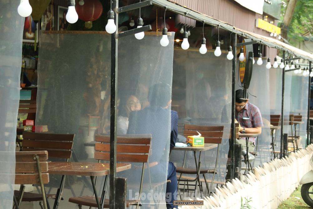 Hàng ăn, quán cà phê lắp tấm chắn giọt bắn, nhiều nơi đóng cửa chống dịch Covid-19