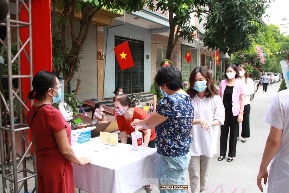 Phó Bí thư Thường trực Thành ủy Nguyễn Thị Tuyến bỏ phiếu tại quận Hà Đông