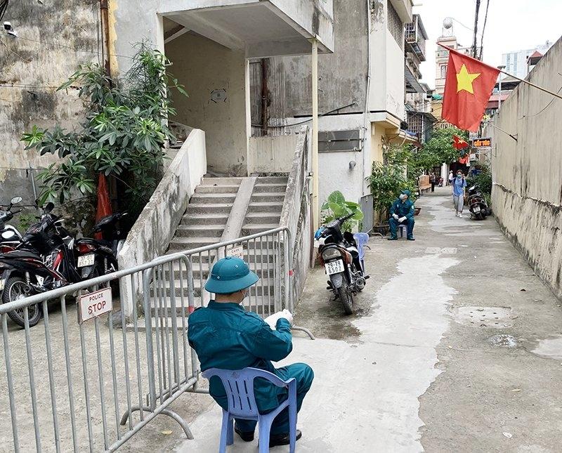 Phong tỏa tạm thời nơi ở của 2 ca bệnh Covid-19 tại phường Kim Liên và Ngã Tư Sở
