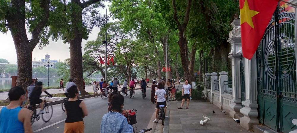Người dân tham gia hoạt động thể thao tại hồ Hoàn Kiếm bất chấp dịch Covid-19
