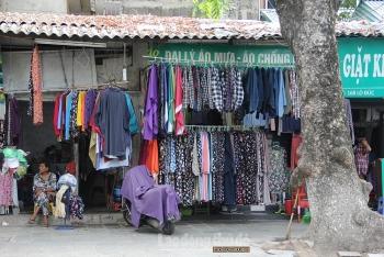 Sôi động thị trường bán áo, váy, phụ kiện chống nắng khi vào hè