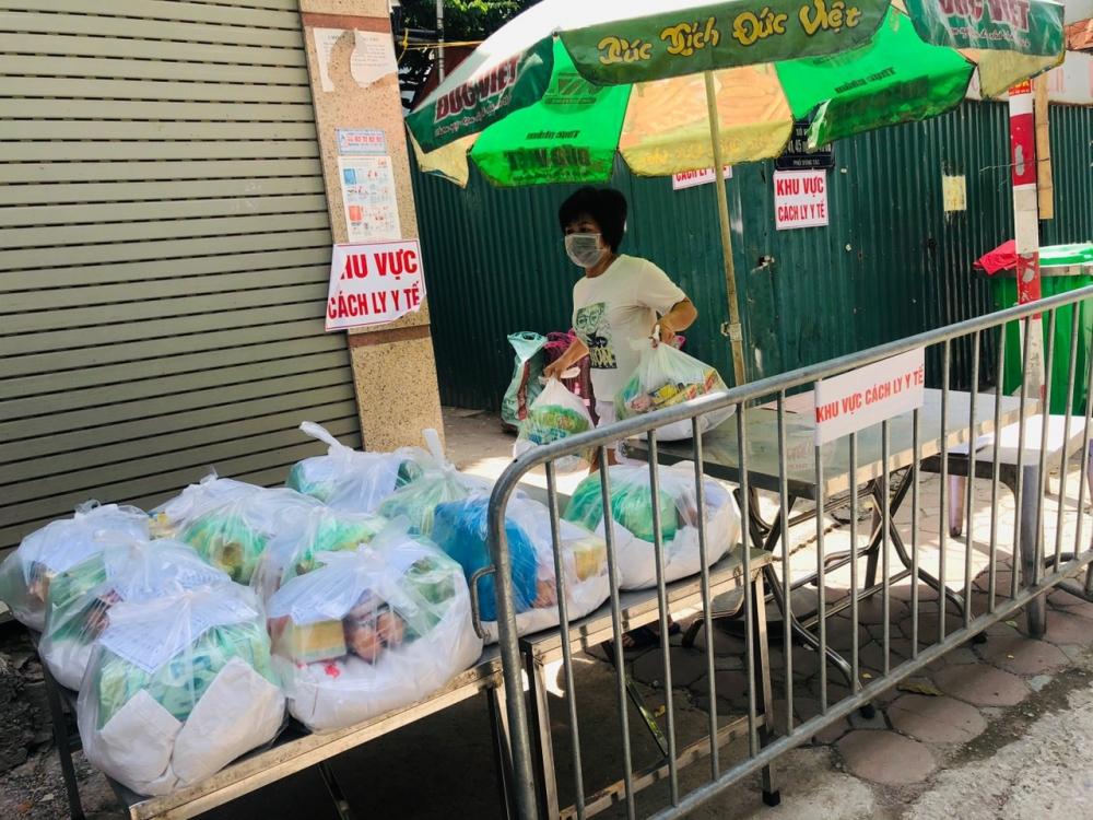 Hỗ trợ lương thực cho 44 hộ dân đang tạm cách ly để phòng chống dịch Covid-19