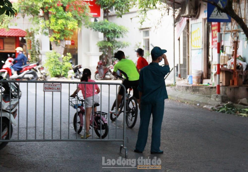Người dân vô tư đạp xe tập thể dục, chụp ảnh tại hồ Tây