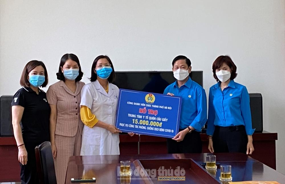 Công đoàn Viên chức thành phố Hà Nội trao hỗ trợ, động viên tuyến đầu chống dịch