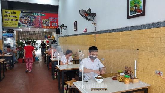Hà Nội: Hàng quán phục vụ tại chỗ trở lại trong điều kiện phòng dịch nghiêm ngặt
