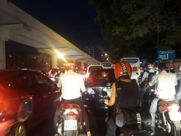 Ùn tắc triền miên vì thiếu đèn tín hiệu trên đường Hồ Tùng Mậu.