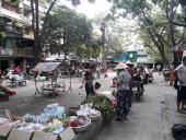 Sân chơi khu tập thể bị chiếm dụng: Trẻ em tranh thủ thư giãn giữa...chợ cóc