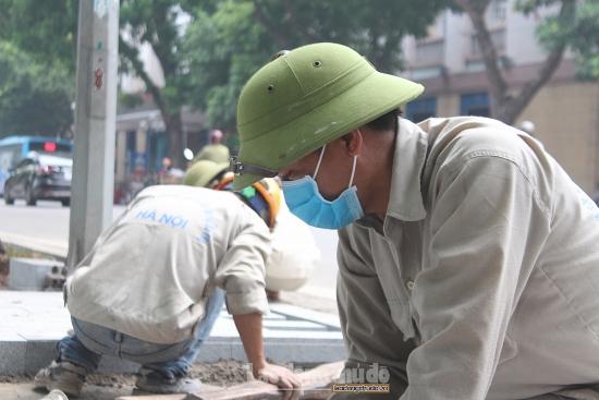 Người lao động đeo khẩu trang trở lại để phòng dịch Covid-19