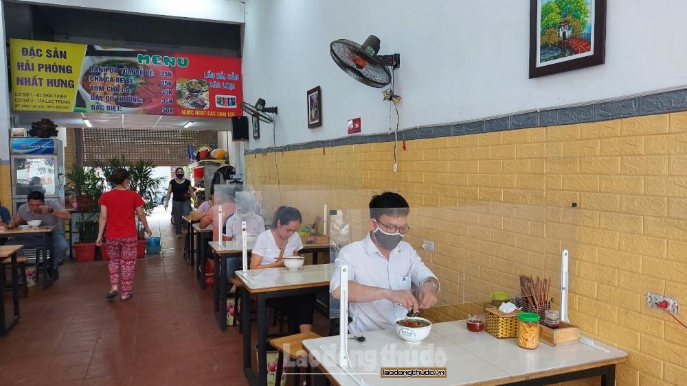 Hàng, quán ăn trong nhà thực hiện nghiêm các biện pháp phòng, chống dịch Covid-19