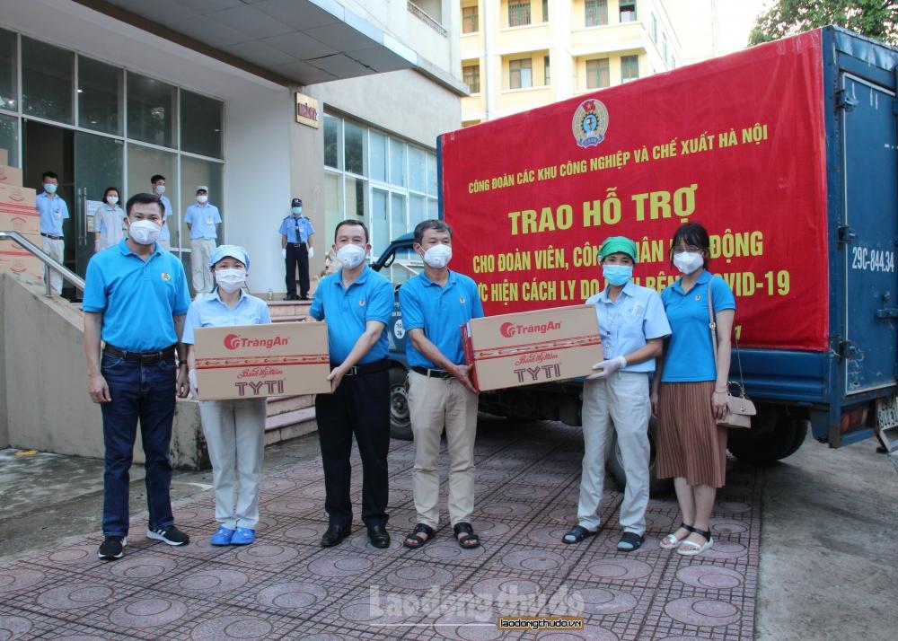 Trao hỗ trợ cho công nhân lao động bị cách ly vì dịch Covid-19