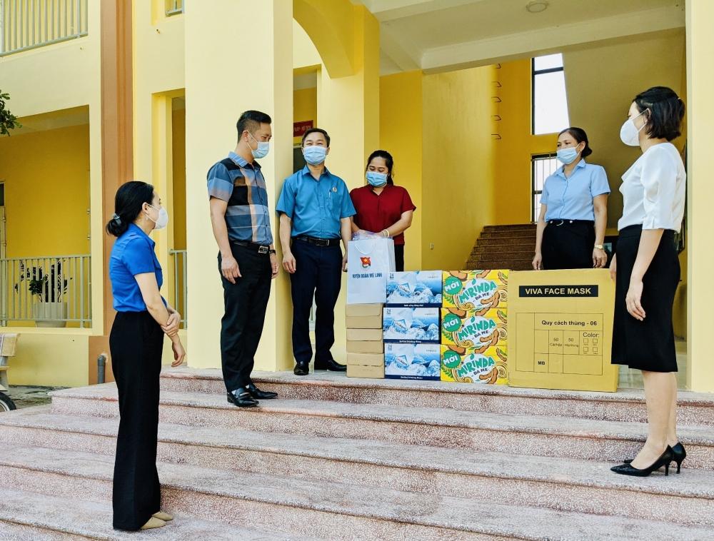 Liên đoàn lao động huyện Mê Linh tặng vật phẩm ủng hộ phòng chống, dịch Covid-19