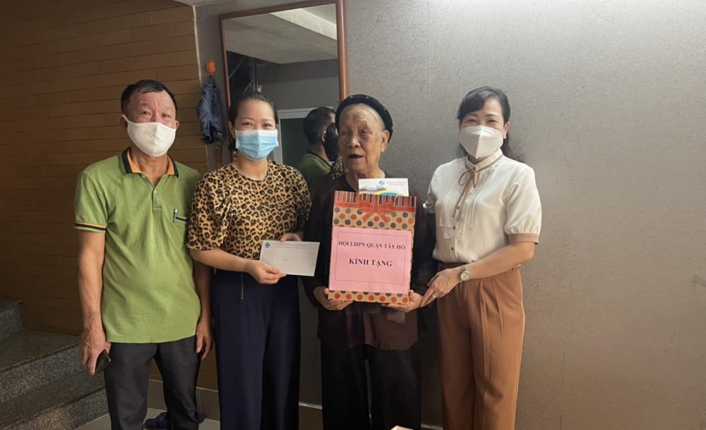 Tây Hồ: Thăm, tặng quà Mẹ Việt Nam Anh hùng và các gia đình chính sách