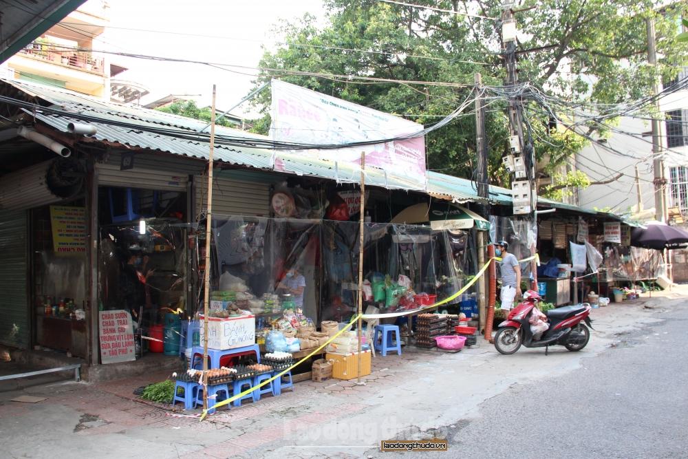 Chợ Bách Khoa quây tấm ni lông hạn chế tiếp xúc giữa người bán và người mua