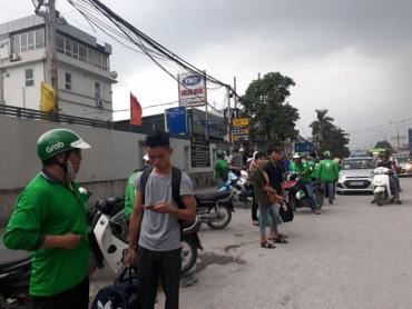Xe ôm, taxi tràn lan trước cổng các  bến xe